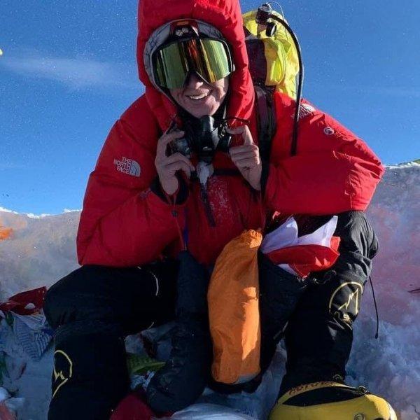 Белорусская женщина с БЧБ флагом покорила Эверест
