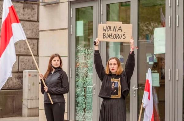 Внучка Шушкевича начала голодовку  у здания Еврокомиссии в Варшаве