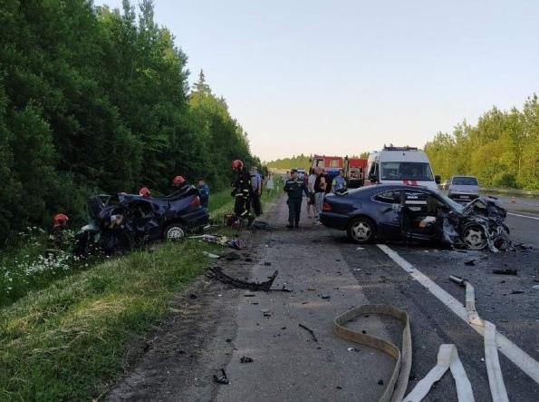 В результате столкновения двух автомобилей на трассе М1 погибло три человека