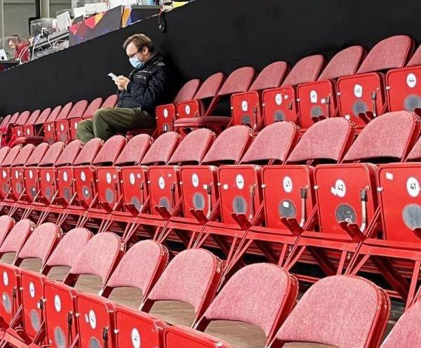 На матч ЧМ по хоккею между Россией и Беларусью пришел только один болельщик
