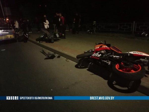 В Бресте в столкнувшихся мотоциклистов врезался таксист