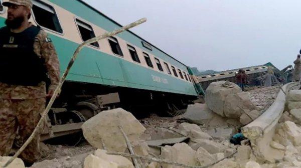 30 человек погибло в Пакистане при столкновении поездов