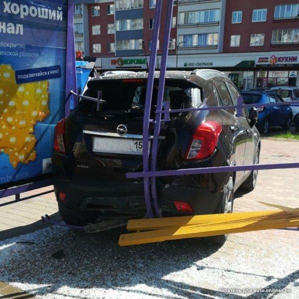 Возле метро «Малиновка» автомобиль влетел в автобусную остановку