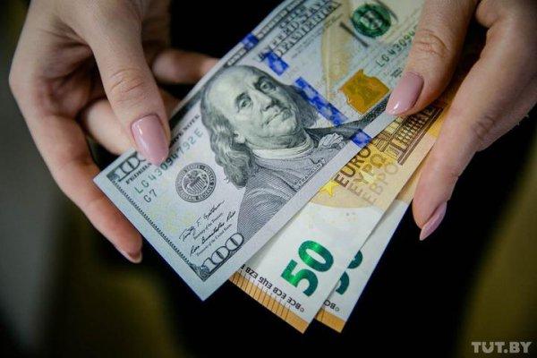 Курсы доллара и евро в Беларуси начали неделю значительным ростом