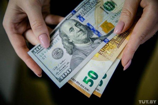 Белорусский рубль обвалился ко всем трём валютам на торгах 22 июня