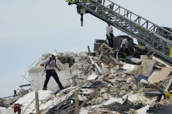Во Флориде спасатели разбирают завалы обрушившегося здания
