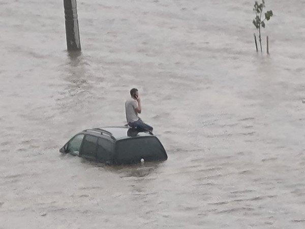 Фото дня. В столице продолжается ливень, улицы Минска под водой