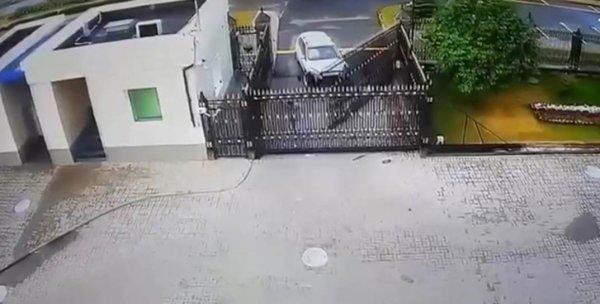 В Минске ворота посольства России протаранил легковой автомобиль