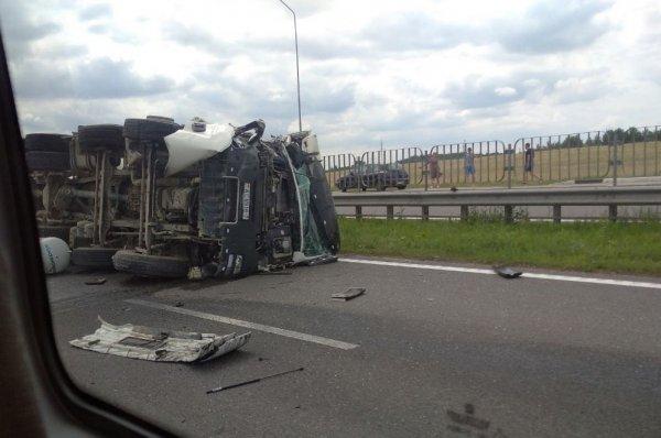 Под Минском в результате столкновения с автобусом перевернулся грузовик