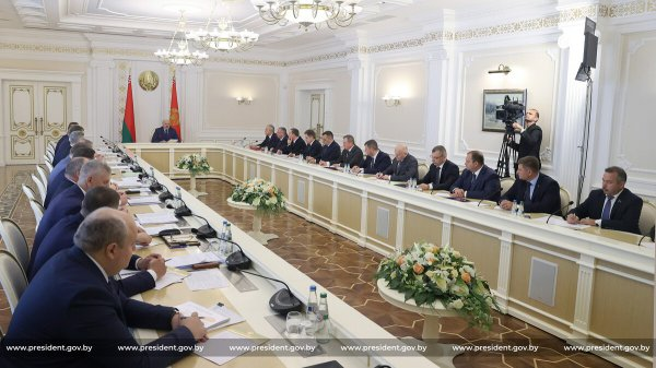 Лукашенко призвал чиновников не париться по поводу санкций