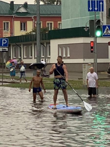 После сильного ливня жители Сморгони передвигаются по городу на лодках