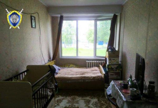 В Кобрине годовалый ребёнок оперся о москитную сетку и выпал из окна