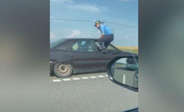 Под Бобруйском пьяный бесправник врезался в машину ГАИ на угнанном авто