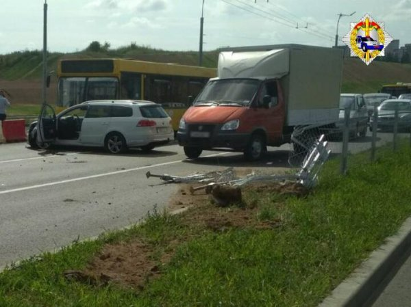 В Минске водитель Volkswagen снес ограждение и вылетел на встречку