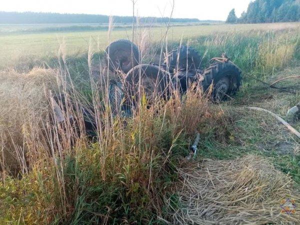 В Октябрьском районе перевернулся трактор