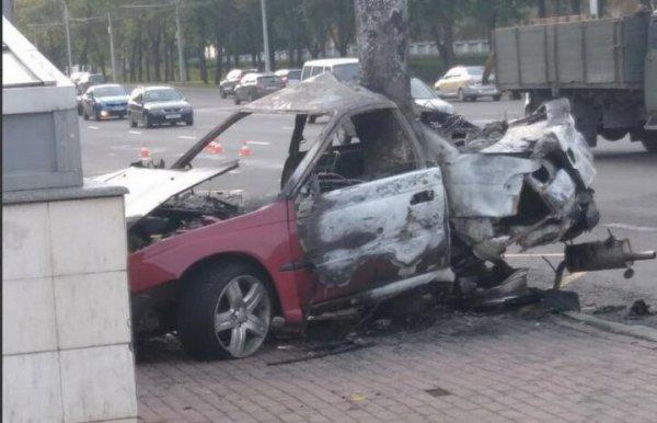 На Партизанском проспекте в Минске легковушка влетела в столб и загорелась