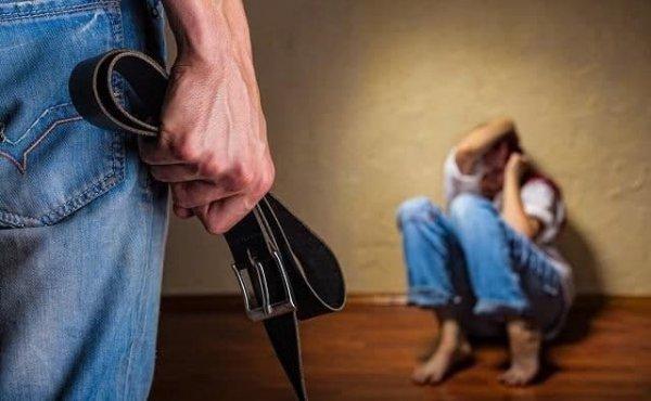 Молодая пара издевалась над маленькой девочкой, возбуждено  уголовное дело о пытках