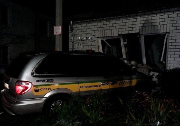 В Бресте пьяный таксист протаранил жилой дом