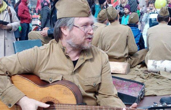В Гомеле известный провластный музыкант резко раскритиковал местную власть, идеологов и БРСМ. Он заявил, что система деградирует