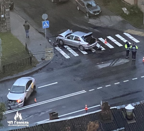 В Гомеле столкнулись такси и Peugeot